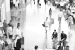 Personnes brouillées au couloir d'aéroport en noir et blanc Photos stock
