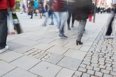 Personnes brouillées dans la zone de piéton de Munich Photographie stock libre de droits