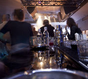 Personnes brouillées dans un bar de piano photo libre de droits