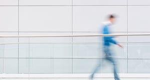 Personnes brouillées dans un couloir futuriste, y compris l'espace de copie Image libre de droits