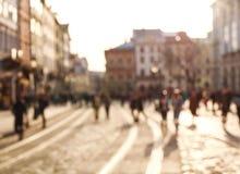 Personnes brouillées de fond dans la place de la vieille ville au coucher du soleil photo libre de droits