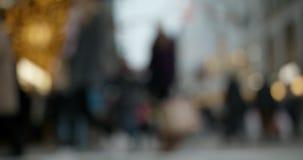 Personnes brouillées marchant dans le mouvement lent à Stockholm banque de vidéos