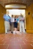 Personnes brouillées marchant par des portes ouvertes Image libre de droits