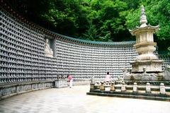 Personnes coréennes priant la pagoda et le million de la roche petit Bouddha dans le temple Photos libres de droits