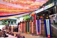 Personnes coréennes venant au temple pour la célébration de l'anniversaire de Bouddha Photos libres de droits