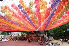 Personnes coréennes venant au temple pour la célébration de l'anniversaire de Bouddha Image libre de droits