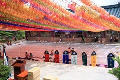 Personnes coréennes venant au temple pour la célébration de l'anniversaire de Bouddha Photo libre de droits