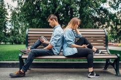 Personnes dépendantes de téléphone, couples sur le banc photo libre de droits