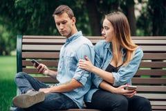 Personnes dépendantes de téléphone, homme ignorant sa femme images libres de droits