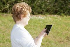 Personnes d'aînés avec la technologie Photo libre de droits