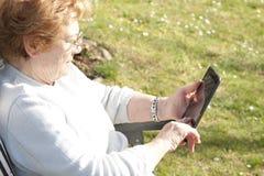Personnes d'aînés avec la technologie Image stock