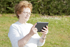 Personnes d'aînés avec la technologie Photos libres de droits