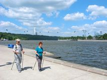 Personnes d'aînés, mode de vie sain, activité, marche scandinave Photo libre de droits