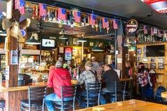 Personnes d'Alaska ayant une bière dans Haines Photos libres de droits