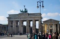 Personnes d'Allemand et de voyageurs marchant pour la Porte de Brandebourg de voyage et de visite Photographie stock