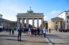 Personnes d'Allemand et de voyageurs marchant pour la Porte de Brandebourg de voyage et de visite Photographie stock libre de droits