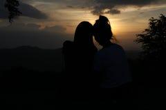 Personnes d'amour sur le point de vue avant coucher du soleil Image libre de droits