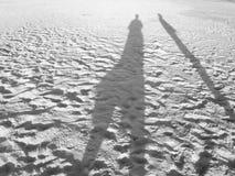 Personnes d'ombre sur la plage image stock