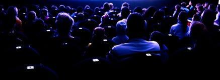 Personnes dans l'amphithéâtre observant la représentation Images libres de droits