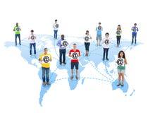 Personnes dans le monde communiquant par l'intermédiaire de l'email Images stock