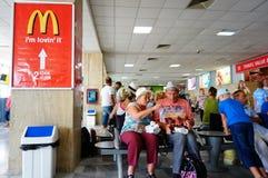 Personnes de attente d'aéroport Photo stock
