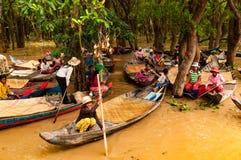 Personnes de bateau cambodgiennes dans les forêts de lagune près du lac sap de Tonle photographie stock