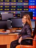 Personnes de bourse des valeurs  Table se reposante de femme de commerçant entourée par des moniteurs Photographie stock libre de droits