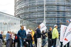 Personnes de buralistes de buralistes protestant le Parlement européen franc Photos libres de droits