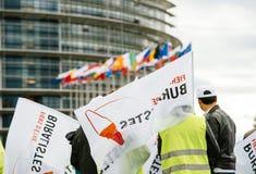 Personnes de buralistes de buralistes protestant le Parlement européen franc Images libres de droits