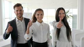 Personnes de bureau avec des pouces à la salle de réunion, trois directeurs montrant le plan rapproché positif de geste, affaires clips vidéos