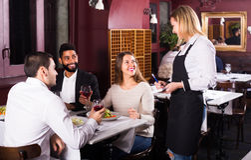 Personnes de classe moyenne appréciant la nourriture Image libre de droits