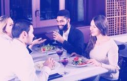 Personnes de classe moyenne appréciant la nourriture photos stock