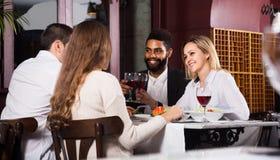 Personnes de classe moyenne appréciant la nourriture le café et en parlant Photo stock