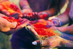 Personnes de Cloyoung tenant la peinture colorée dans des paumes au festival de holi Image libre de droits
