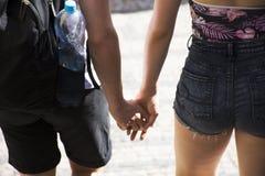 Personnes de Czechia avec des voyageurs ami et amie marchant main dans la main sur le passage couvert Image libre de droits