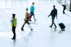 Personnes de déplacement à l'aéroport Image stock