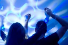 Personnes de danse dans la boîte de nuit Photo libre de droits