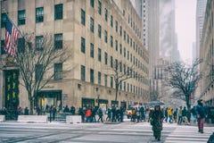 31 personnes de DEZ 2017 - NEW YORK /USA - marchant sur les rues de New York pour neiger photos stock