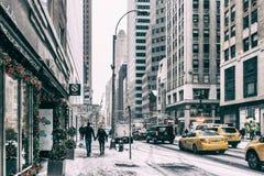 31 personnes de DEZ 2017 - NEW YORK /USA - marchant sur les rues de New York pour neiger photographie stock libre de droits
