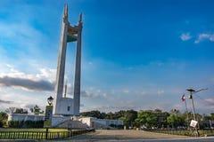 Personnes de fév. 2,2018 marchant autour du cercle commémoratif de Quezon, Quezon City, métro Manille photo libre de droits