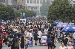 Personnes de foule dans la rue d'achats chengdu Photographie stock
