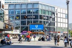 Personnes de foule sur l'Alexanderplatz à Berlin Photo stock
