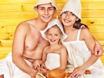 Personnes de groupe dans le chapeau au sauna. Image libre de droits