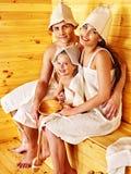 Personnes de groupe dans le chapeau au sauna. Images stock