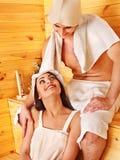 Personnes de groupe dans le chapeau au sauna. Images libres de droits