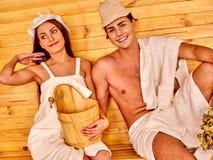 Personnes de groupe dans le chapeau au sauna Photos stock