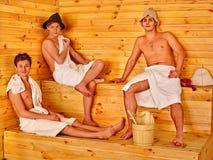Personnes de groupe dans le chapeau au sauna Images stock