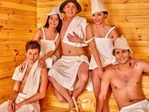 Personnes de groupe dans le chapeau au sauna Image stock