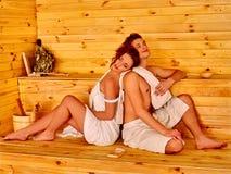 Personnes de groupe dans le chapeau au sauna Photographie stock libre de droits