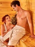 Personnes de groupe dans le chapeau au sauna Photos libres de droits